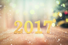 2017 figuras douradas na tabela de madeira Foto de Stock