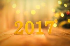 2017 figuras douradas na tabela de madeira Fotos de Stock