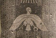 Figuras e hieróglifos egípcios no relevo de pedra Foto de Stock Royalty Free