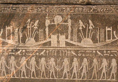 Figuras e hieróglifos egípcios no relevo de pedra Foto de Stock