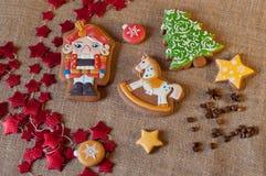 Figuras feericamente tiradas em cookies do mel do pão-de-espécie do Natal Fotografia de Stock