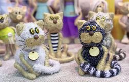 Figuras feitas malha dos gatos na loja de lembranças imagens de stock royalty free