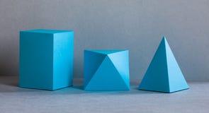 Figuras geométricas composição imóvel da cor azul da vida Objetos retangulares do cubo da pirâmide tridimensional de prisma no ci fotografia de stock royalty free