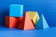 Figuras geométricas multicoloridos ainda composição da vida Objetos retangulares do cubo da pir?mide tridimensional de prisma no  foto de stock