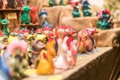 Figuras hechas a mano en el mercado ocupado de la Navidad de Breitscheidplatz Fotografía de archivo libre de regalías