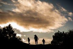 Figuras humanas en puesta del sol Imágenes de archivo libres de regalías