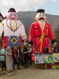 figuras infláveis da grande boneca que descrevem o homem e a mulher em trajes e atores e artistas tradicionais no dia de panqueca fotografia de stock