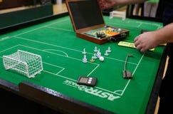 Figuras a jogar durante o detalhe do jogo de campeonato mundial do futebol da tabela foto de stock