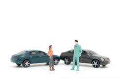 Figuras miniatura de la gente y del accidente de tráfico Fotografía de archivo