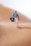 Figuras miniatura que juegan a golf Foto de archivo