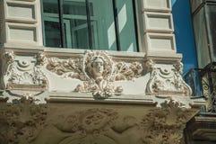 Figuras na decoração do emplastro no balcão da construção velha no Madri imagens de stock royalty free
