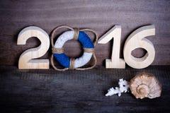 Figuras 2016 no fundo de madeira cinzento velho no estilo do mar com cortejam Fotografia de Stock Royalty Free