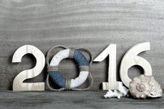 Figuras 2016 no fundo de madeira cinzento velho no estilo do mar com cortejam Fotografia de Stock