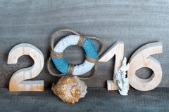 Figuras 2016 no fundo de madeira cinzento velho no estilo do mar com cortejam Foto de Stock