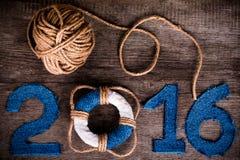 Figuras 2016 no fundo de madeira cinzento velho no estilo do mar com cortejam Fotos de Stock
