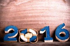 Figuras 2016 no fundo de madeira cinzento velho no estilo do mar com cortejam Fotos de Stock Royalty Free