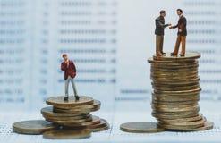 Figuras pequenas dos businessmans que estão no ponto de viragem na caderneta bancária do banco fotos de stock royalty free