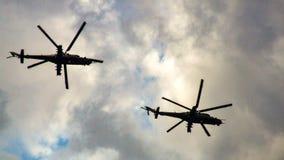Figuras pretas de dois helicópteros militares do russo no céu Fotografia de Stock