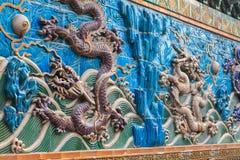 Figuras roxas e brancas do relevo dos dragões Imagens de Stock