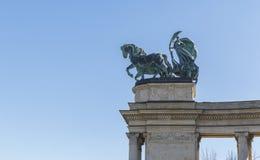 Figuras simbólicas en la cima de la columnata Imagenes de archivo