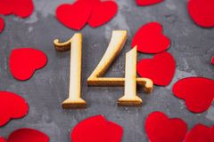 Figuras uma e quatro e corações em um fundo cinzento O símbolo do dia dos amantes Dia do Valentim Conceito o 14 de fevereiro Foto de Stock Royalty Free