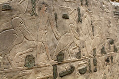 Figuras y jeroglíficos egipcios en piedra Foto de archivo