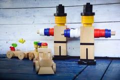 Figuras y tren y carros coloridos de madera de carga Fotografía de archivo libre de regalías