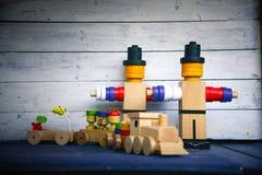 Figuras y tren y carros de madera de carga Fotografía de archivo libre de regalías