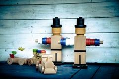 Figuras y tren y carros de madera de carga Foto de archivo libre de regalías