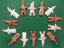 Figure bianche e marroni del biscotto del pan di zenzero Fotografie Stock