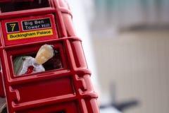 Figure coincée dans un autobus de Londres Photo stock