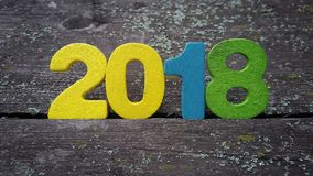 figure colorate per formare il numero 2018 su fondo di legno Fotografia Stock Libera da Diritti