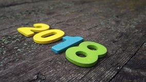 figure colorate per formare il numero 2018 su fondo di legno Fotografia Stock
