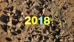 figure colorate per formare il numero 2018 sulla superficie lunare Immagini Stock