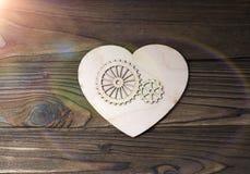 Figure d'un coeur avec des vitesses sur un fond en bois photo stock