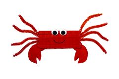 Figure d'un crabe rouge coloré fait de bois par un enfant images stock