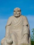 Figure d'un dieu chinois avec le ciel bleu Photographie stock