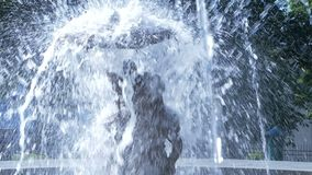 Figure dans la fontaine sous des jets d'eau clips vidéos