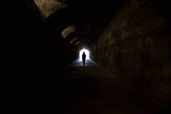 Figure dans le tunnel foncé Images libres de droits