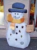 Figure de bonhomme de neige devant une boutique de cadeaux de Noël, Allemagne Image stock