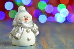 Figure de bonhomme de neige sur le fond de bokeh Photographie stock