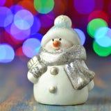 Figure de bonhomme de neige sur le fond de bokeh Photo libre de droits