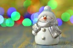Figure de bonhomme de neige sur le fond de bokeh Photos libres de droits