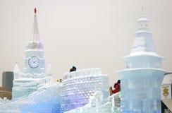 Figure del ghiaccio a Mosca Torrette di Mosca Kremlin Giro della gente su una collina del ghiaccio Fotografie Stock Libere da Diritti
