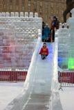 Figure del ghiaccio a Mosca Torrette di Mosca Kremlin Giro della gente su una collina del ghiaccio Immagine Stock