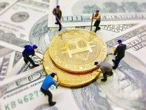 Figure del lavoratore che aiutano i soldi della moneta di vangata fotografie stock