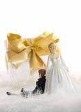 Figure della torta di cerimonia nuziale con il regalo su bianco Immagini Stock