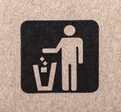 Figure des ordures de projection de personne dans une poubelle image libre de droits