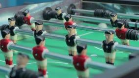 Figure di calcio della tavola di vista del primo piano, team-building, divertendosi stock footage
