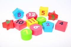 Figure di legno con i numeri 1, 2, 3, 4, 5, 6, 7, 8, 9 e 10 Cubi di legno con i numeri per i bambini immagini stock libere da diritti